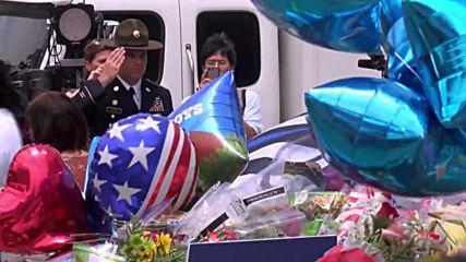 Граждани и опечалени отдават почит на убитите полицаи пред управлението в Далас