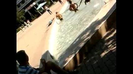 Циганчета се къпят в шадравана на центъра в Казанлък