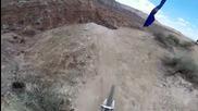 Най-екстремното и откачено спускане с колело което сте виждали