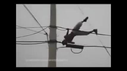 Гледайте какво се случва когато мъж танцува върху кабели с високо напрежение!