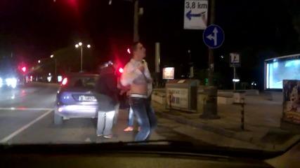 луди играят кючек на светофар в варна