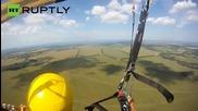 Музиканти записват песен докато се спускат с парашут от 650м.