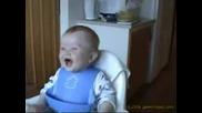 Бебе Се Скъсва Да Се Смее