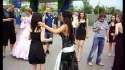 Секси абитуриентка танцува