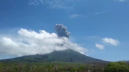 Indonesia: Lewotolo volcano erupts spewing ash into sky