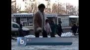 Затворници чистят снега в Бургас