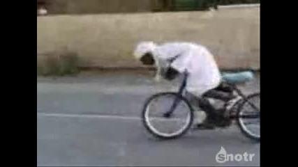 Смях!!! Арабин прави дрифт с колело!