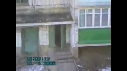 Двамата руснаци купонясват на балкона