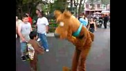 Scooby Doo Plays The Crowd At Six Flags Gurnee