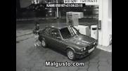 Жена сипва бензин