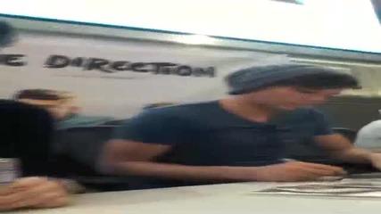 One Direction - Зейн разговаря с фенка за влакчето на живота