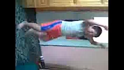 момченце върти kючеk :дд