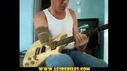 Удивително-Мъж с една ръка свири много добре на китара