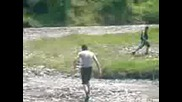 Идиоти Прескачат Реката В Благоевград