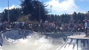 Момичета скейтбордистки се сблъскват при изпълнение на рискован трик!