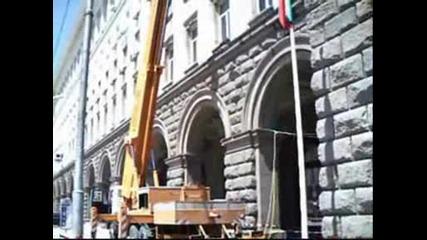 Почистване корниза на зданието на Министерския съвет
