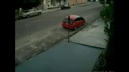 Жена оцелява след много тежък удар от кола!!