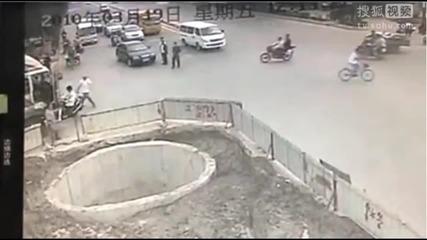 Смях • Мъж се блъска 4 пъти със скутер и накрая пада !