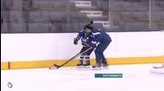 Justin Bieber and Jake Schafer играят хокей..