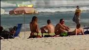 Мацка на плажа се шегува с мъжете ..