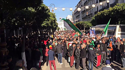 Algeria: Thousands flood Algiers in anti-govt demo