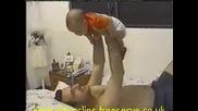 Бебе Повръща Върху Баща си