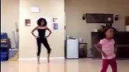 майка и дъщеря танцуват яко