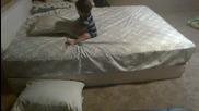 Сладко и умно бебе слага възглавници на пода преди да слезе от леглото!