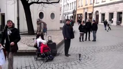 Бебе в количка направи дует с уличен музикант