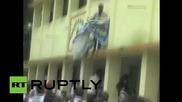 Индия: Бунт! Ученици разбиха училите с бати за крикет