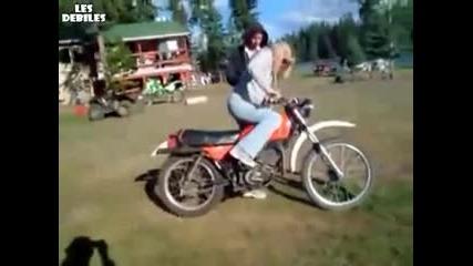 Блондинка се учи да кара мотор!