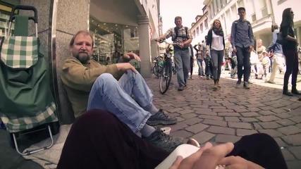 Студенти изненадват бездомен човек на улицата