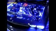 Много Красив Dodge Challenger с Old School елементи