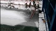 Спасители помагат на пропаднало куче в леденият капан на замръзналата река да се измъкне!