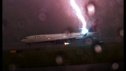 Светкавица удря самолет