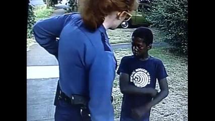 Жена полицай арестува 7 годишно дете.