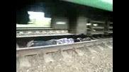 Луди руснаци лягат под влак...