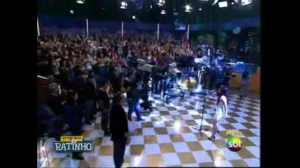 Dulce Maria canta Inevitable en programa Ratinho