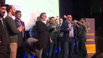 """Избиратели празнуват след победата на """"не"""" лагера на референдума в Холандия"""