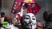 Белгия: Стачкуващи работници изливат вино в знак на протест