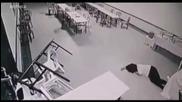 Камера заснима дух, който напада жена в хотел