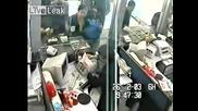 Мъж граби чанта с пари в банката