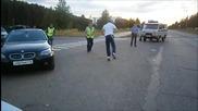Пиян руснак се базика с полицаи !