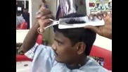Вижте как този човек си подстригва косата сам