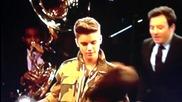 Justin Bieber целува с език манекен ( кукла )