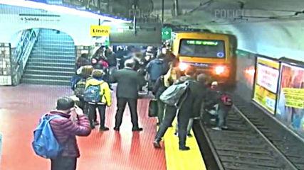 Мъж припадна и бутна жена пред метрото в Буенос Айрес