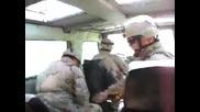 Американски войник влиза иненадващо в джип на колеги