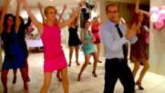 Секси танцьорка изненада водещия на сватба в Русия!