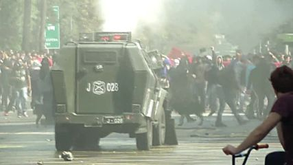 Chile: Water and tear gas flies at Santiago student protest clashes