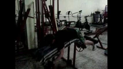 Лъва Тренира Крака